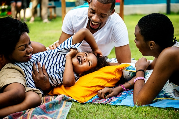 Czarna rodzina korzystających latem razem na podwórku