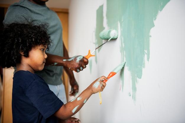Czarna rodzina malowanie ścian domu