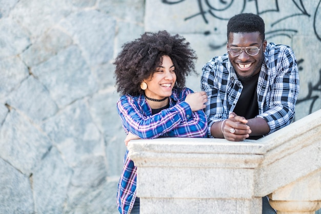 Czarna różnorodność afrykańska europejska para enojy9ng i śmiejąca się razem w mieście w czasie wolnym na świeżym powietrzu
