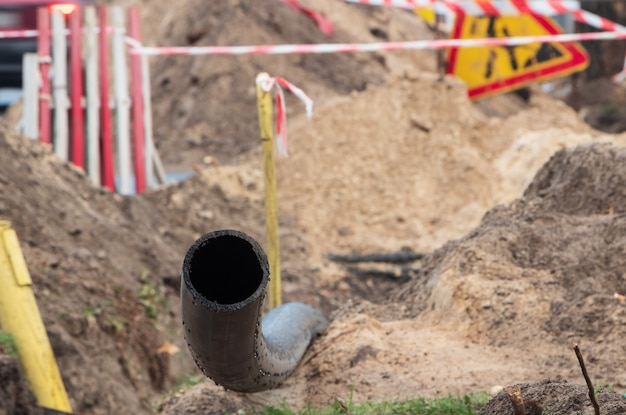 Czarna rura z tworzywa sztucznego do zaopatrzenia w wodę podziemną. rury pcv. naprawa kanalizacji. ścieśniać.