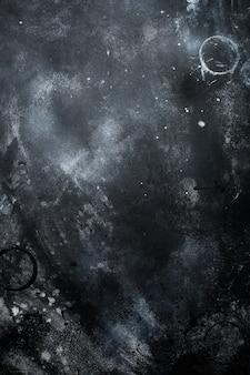 Czarna ściana z ciemnego kamienia lub łupka. tło grunge tekstury.
