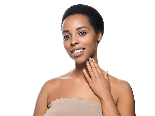 Czarna skóra piękna kobieta czysta naturalna skóra afro dziewczyna na białym tle. strzał studio.