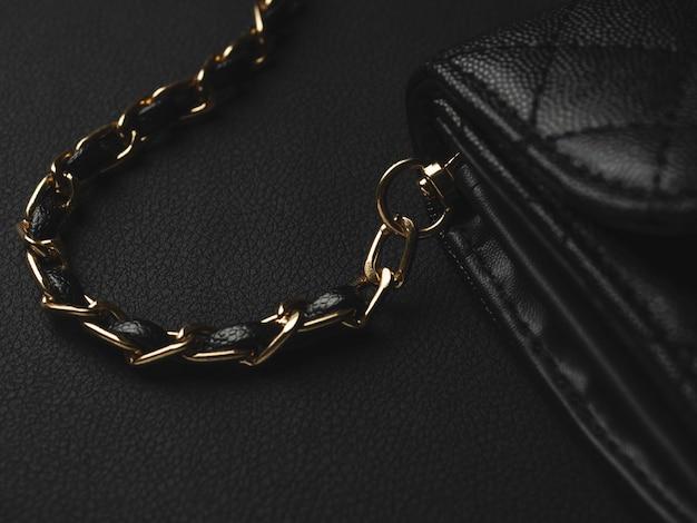 Czarna skórzana torba ze złotym łańcuchem