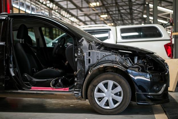 Czarna stacja naprawy samochodów z miękkim fokusem i ponad światłem w tle