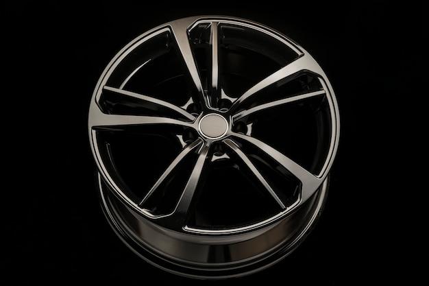 Czarna stylowa felga aluminiowa na ciemnym tle. zbliżenie, widok z przodu.