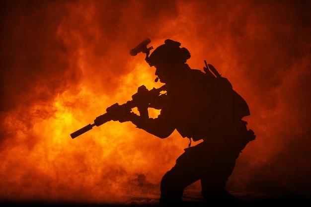 Czarna sylwetka żołnierzy