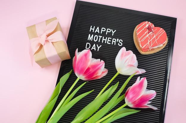 Czarna tablica z białymi plastikowymi literami z cytatem szczęśliwy dzień matki