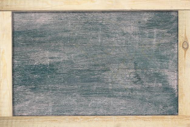 Czarna tablica z drewnianą ramą.
