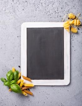 Czarna tablica z włoskim makaronem