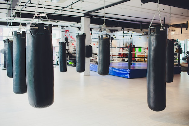Czarna torba bokserska do boksu lub kick-boxingu.