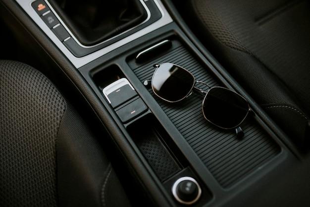 Czarna wewnętrzna przestrzeń kontrolna środka samochodu