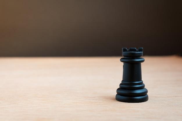 Czarna wieża szachowa z czarnym tłem