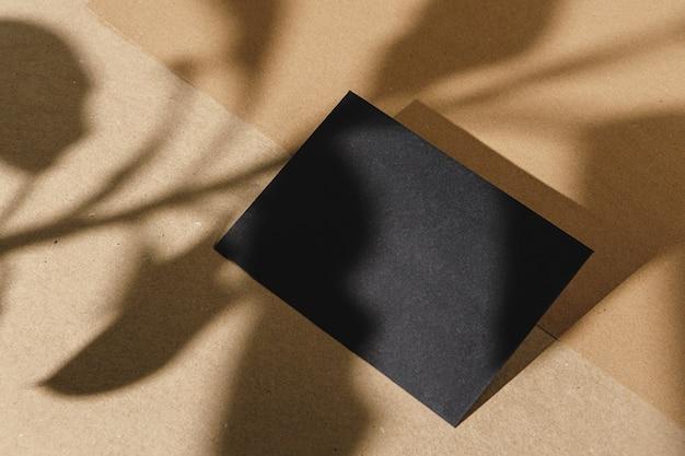 Czarna wizytówka na beżowym papierze