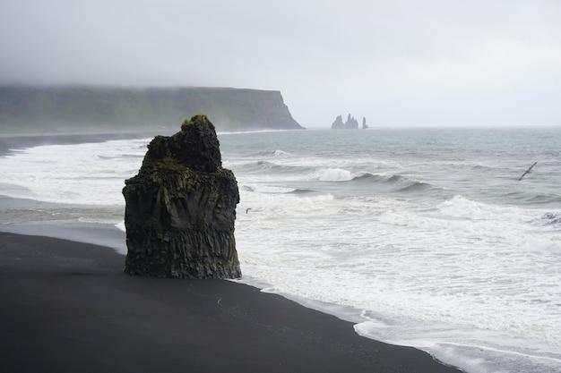 Czarna wulkaniczna plaża reynisfjara, vik, islandia.