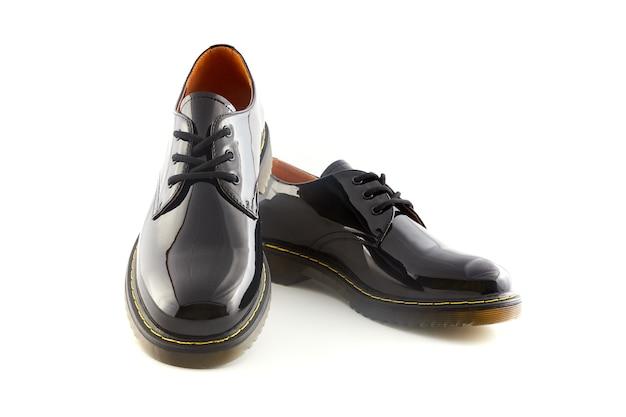Czarne błyszczące skórzane buty damskie. obuwie damskie moda na białym tle.