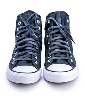 Czarne brezentowe buty na białym tle ze ścieżką przycinającą.