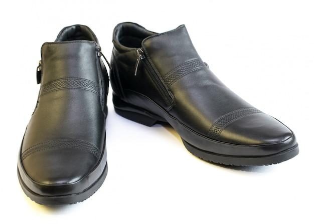 Czarne buty męskie ze skóry na białym tle.