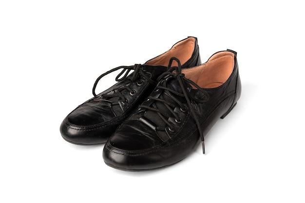 Czarne buty na białym tle.