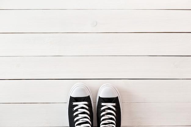 Czarne buty na drewnianym białym stole