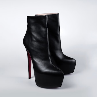 Czarne buty na wysokich obcasach