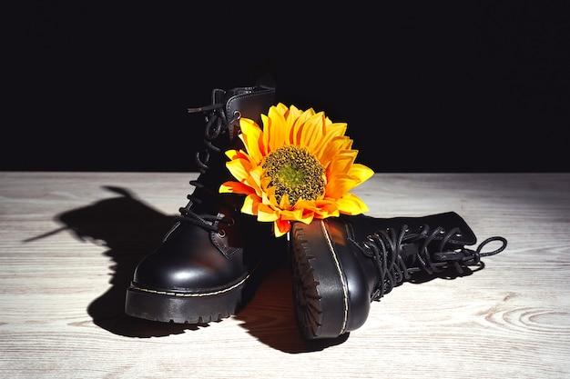 Czarne buty z żółtym kwiatkiem na jasnym podłożu