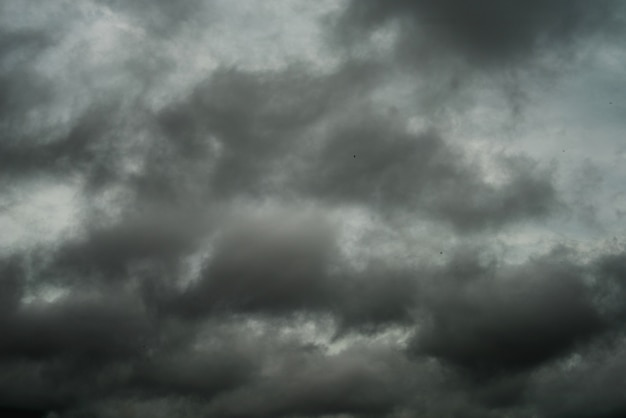 Czarne chmury i deszczowa burza w bardzo złej pogodzie