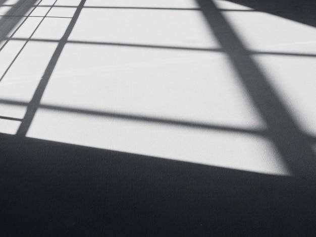Czarne cienie na podłodze, abstrakcyjne linie, cień jako tło