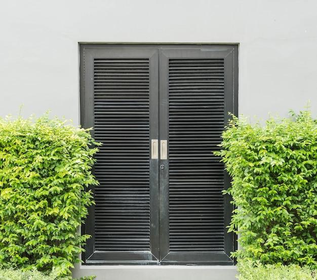 Czarne drzwi