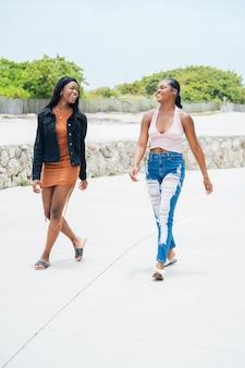 Czarne dziewczyny spędzają razem czas