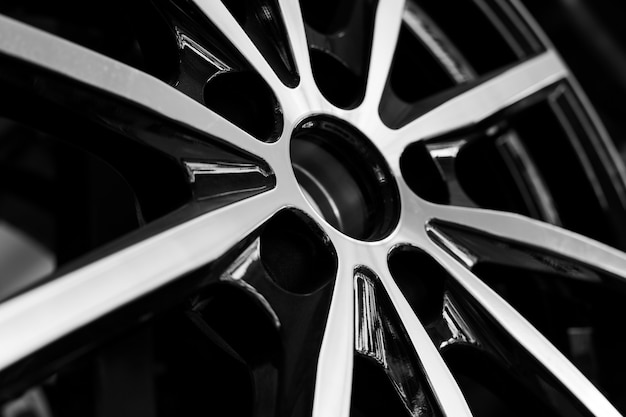 Czarne felgi aluminiowe do samochodów premium, zbliżenie. zakup i wymiana autodysków.