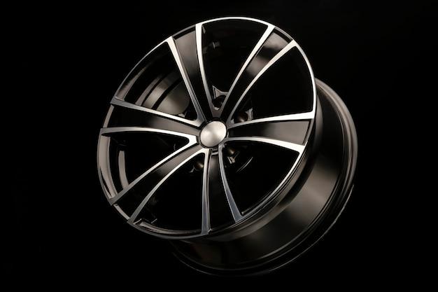 Czarne felgi aluminiowe z białym rowkiem, 6 belek do suv-ów i crossoverów, zbliżenie na czarnym tle.