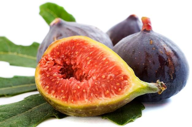Czarne figi z liśćmi