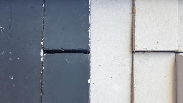 Czarne i białe cegły ułożone w równy stos. zbliżenie. czarno-białe kamienne tło