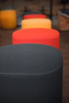 Czarne i czerwone okrągłe krzesła z bliska