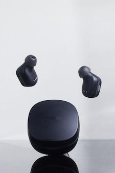 Czarne i pływające słuchawki true wireless stereo na białym tle