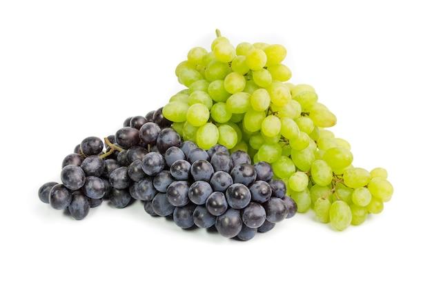 Czarne i zielone dojrzałe winogrona. pojedynczo na białym