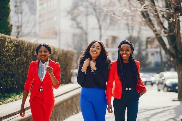 Czarne kobiety w parku