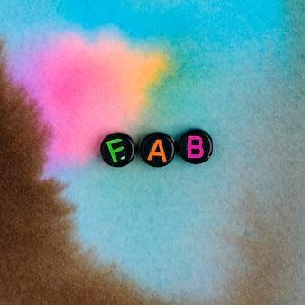 Czarne koraliki fab słowo typografia