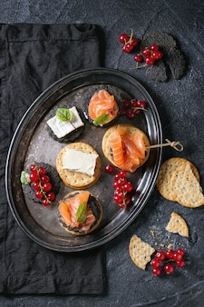 Czarne krakersy z łososiem i jagodami