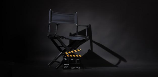 Czarne krzesło reżysera i tablica clapper lub plansza filmowa jego czarno-żółty kolor
