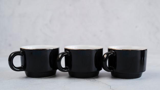 Czarne kubki na kawę