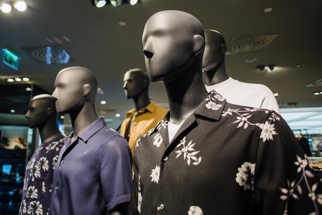 Czarne manekiny w odzieży męskiej