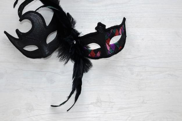 Czarne maski na białym