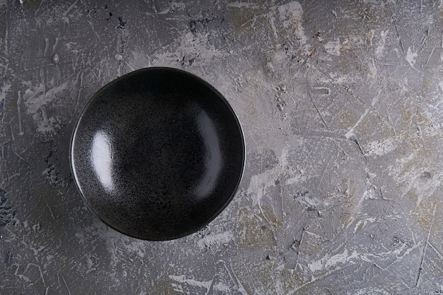 Czarne naczynia na szarym tle vertcal copy space