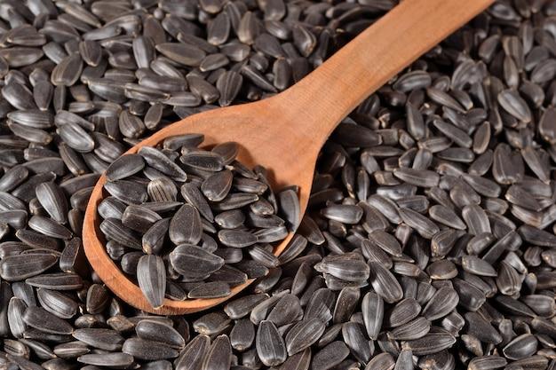 Czarne nasiona słonecznika w łyżce