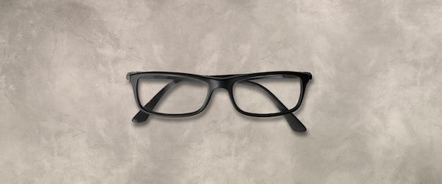 Czarne okulary na białym tle na tle betonu