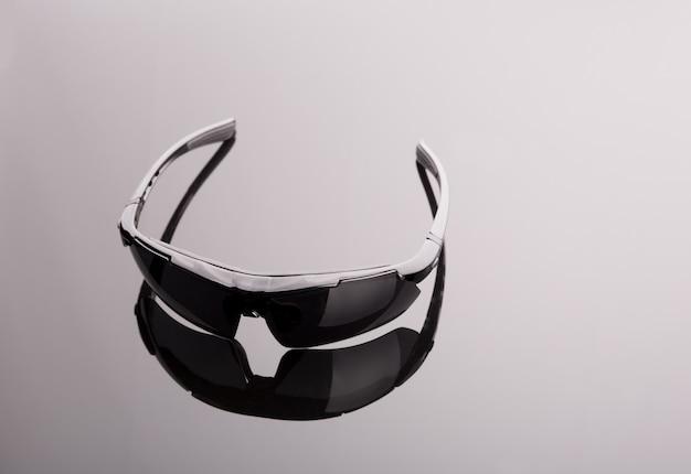 Czarne okulary przeciwsłoneczne na szarym tle