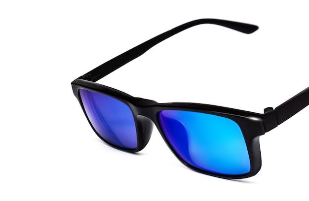 Czarne okulary przeciwsłoneczne z wielokolorowymi niebieskimi lustrzanymi soczewkami na białym tle