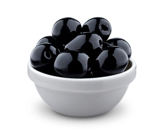 Czarne oliwki w pucharze odizolowywającym na bielu z ścinek ścieżką