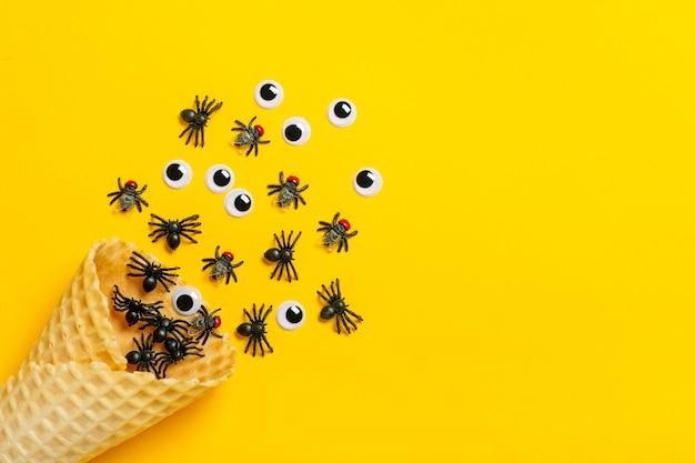 Czarne pająki i muchy, wyłupiaste oczy wyślizgują się z lodów w rożku. widok z góry mieszkanie